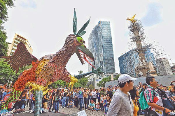 TRAYECTO. Los seres fantásticos partieron del Zócalo y llegaron al Paseo de la Reforma. Foto: Víctor Gahbler.