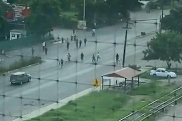 Momento en donde decenas de reos se escapan del penal de Aguaruto en Culiacán. Foto: Especial