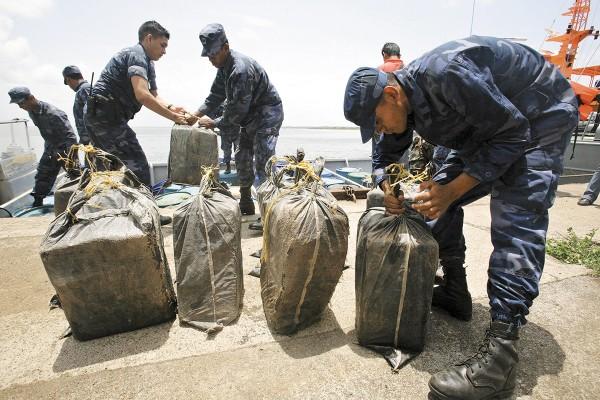 LUCHA Los soldados incautaron varios paquetes de cocaína. Foto: AP