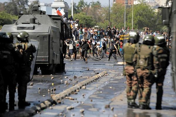 ENOJO. Manifestantes se enfrentaron ayer con la policía durante una protesta. Foto: Reuters