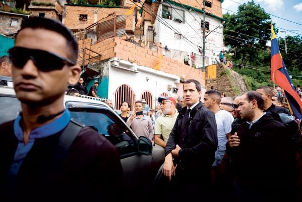 CAMINANDO. Desde marzo, Guaidó busca impulsar el rechazo a Nicolás Maduro. Foto: Reuters