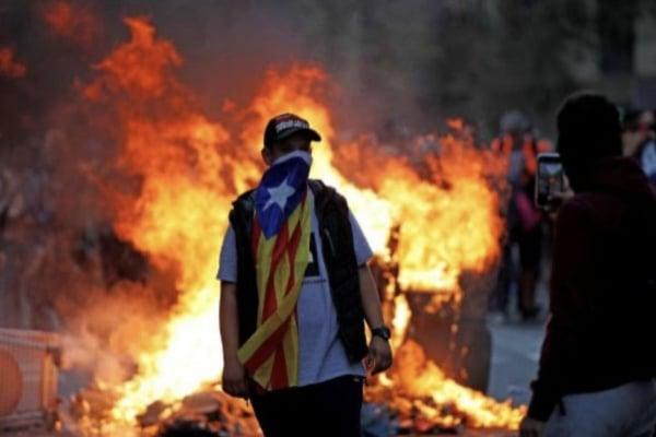 cataluña-barcelona-protestas-autonomia-independencia-españa-democracia-voto-dedo-llaga