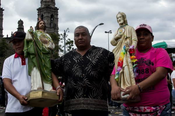 Cientos de personas asisten a la Iglesia de San Hipólito para conmemorar a San Judas Tadeo, patrono de as causas perdidas. Foto: Especial