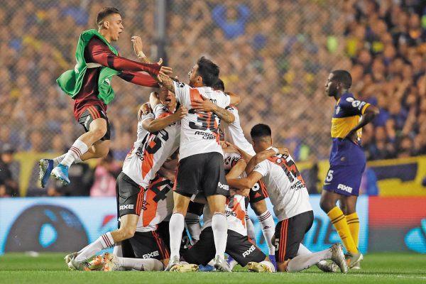 DESAHOGO. River Plate celebró su pase a la final de la Libertadores, en territorio del odiado rival. Foto: AP