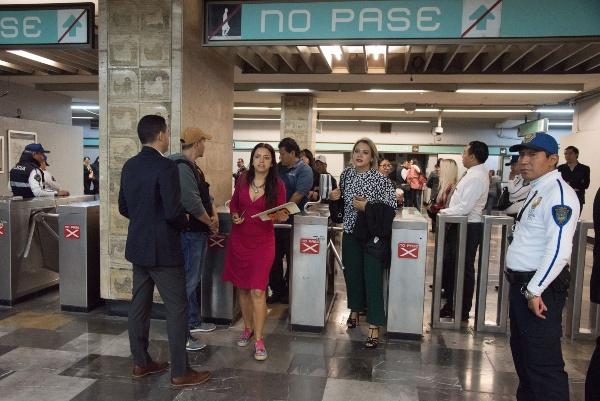Mediante una salida en la estación Candelaria del Metro los legisladores burlaron el bloqueo. FOTO: Cuartoscuro