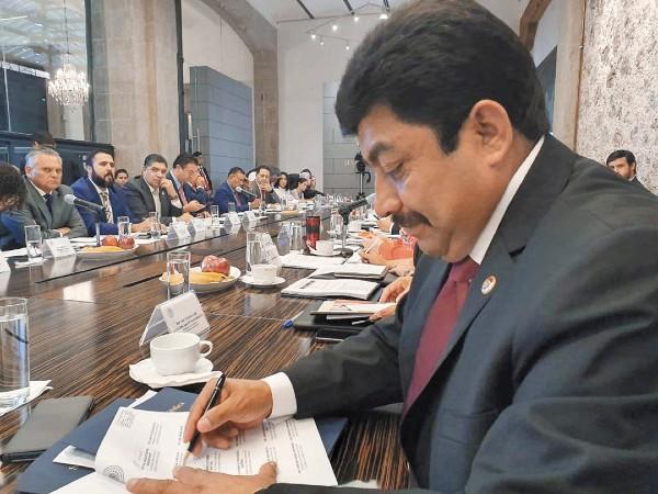 CONVENIO. El presidente de la legislatura del Edomex, Nazario Gutiérrez, signó el acuerdo. Foto: Especial