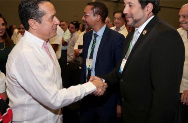 El gobernador de Quintana Roo lidera una estrategia integral de control y contención del alga. FOTO: Especial