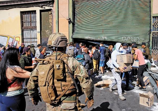 CHILE. En Valparaíso se han registrado varios saqueos a los negocios, pese al cambio de postura del gobierno de Piñera. Foto: Reuters