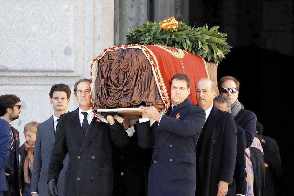 SÍMBOLOS. Los restos del dictador fueron sacados del mausoleo por sus familiares. Foto: Reuters