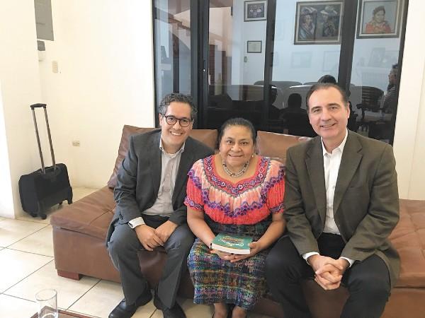 TARGET. Carlos Pérez (izq.) recibió a la Nobel Rigoberta Menchú en su visita a México en 2018. Foto: Especial