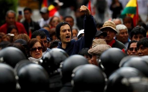 BLOQUEOS. Bolivia sufría ayer una jornada de protestas callejeras y un paro. Foto: REUTERS
