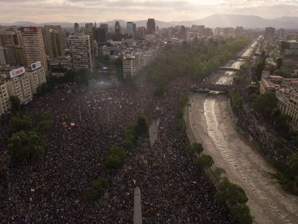 MULTITUD. La concentración en la plaza principal de Santiago fue inédita. Había más de un millón de personas. Foto: AP