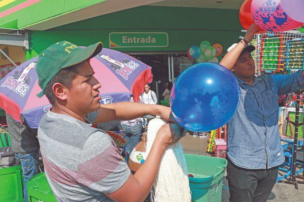 En Tlaxcala, la mayoría de ambulantes vende ropa, alimentos y artículos de temporada u ocasión.  Foto: CUARTOSCURO
