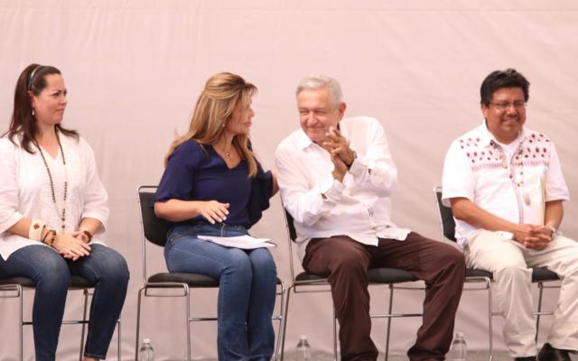 El Presidente estuvo acompañado de la gobernadora de Sonora, Claudia Pavlovich; del director del Instituto Nacional de los Pueblos Indígenas (INPI), Adelfo Regino y de autoridades indígenas. Foto: Especial