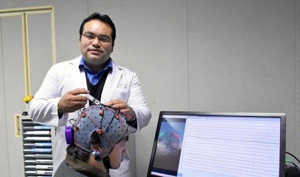 INNOVACIÓN. El proyecto del mexicano lee reacciones del cerebro para controlar sistemas robóticos. Foto: Especial