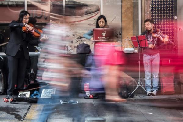 Un grupo de músicos independientes interpretan piezas clásicas sobre la calle 16 de Septiembre del Centro Histórico. FOTO: Magdalena Montiel /CUARTOSCURO.COM