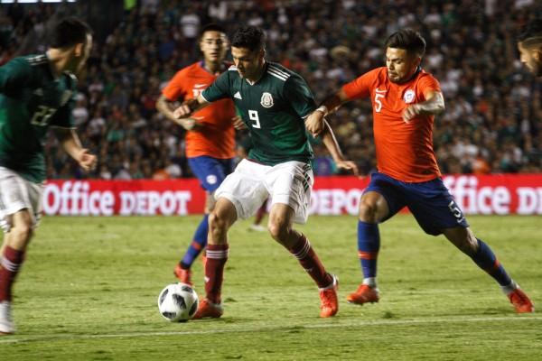 En la imagen, Raúl Jiménez pelea el balón con Paulo Díaz, defensa chileno. FOTO: ISAAC ESQUIVEL /CUARTOSCURO.COM