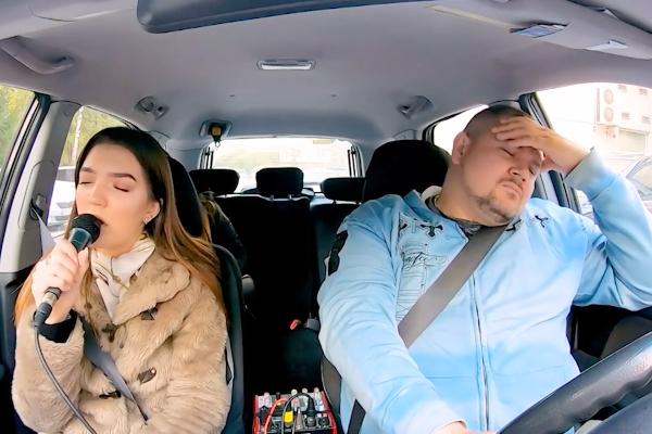 Taxista de Ucrania ofrece viajes gratis a cambio de cantar en su auto