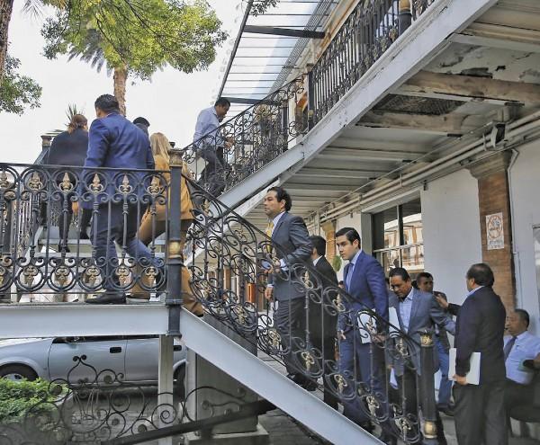PLANTADOS. Más de dos horas esperaron los presidentes municipales en Segob. Foto: Especial