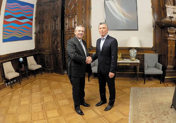 REUNIÓN. El presidente Macri (der.) recibió a su opositor Alberto Fernández para iniciar transición. Foto: Reeuters