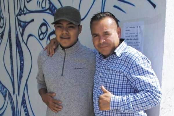 Francisco Tenorio accedió a fotografiarse con quien luego lo atacó (de gris). Foto: Especial
