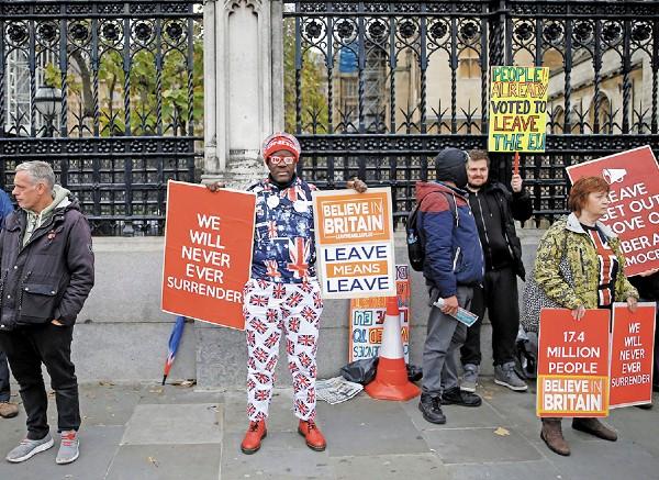 l LUCHA. Partidarios a favor del Brexit protestaron ayer frente al Parlamento. Foto: Reuters