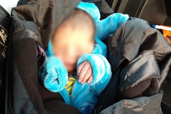 La menor, que portaba poca vestimenta, fue arropada por los oficiales municipales. Foto: Especial