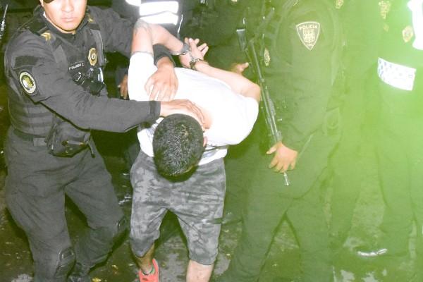 """Él detenido aseguró que los policías le """"sembraron"""" la droga, ya que es velador de un estacionamiento. Foto: Cuartoscuro"""