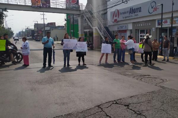 Padres de familia se manifiestan en Avenidas principales. Foto: Especial