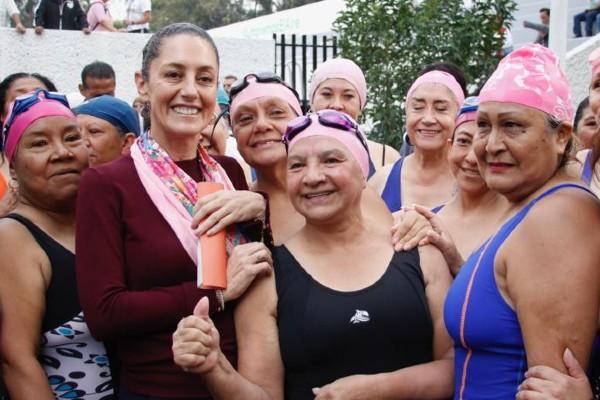 Claudia Sheinbaum, jefa de Gobierno capitalino, con nadadoras en Iztacalco. Foto: Especial