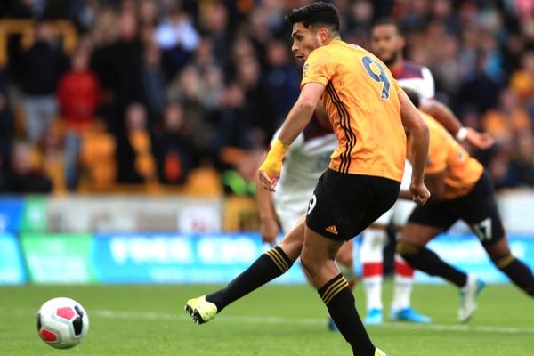 Raúl Jiménez no vio acción en el juego contra Aston Villa. AP