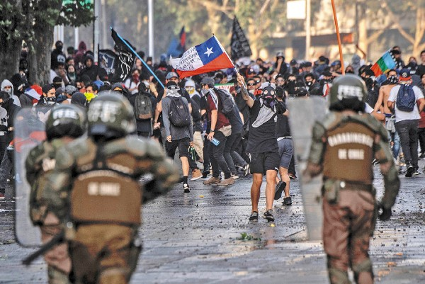 MOVILIZACIÓN. La jornada de protestas de ayer en Chile terminó en disturbios y enfrentamientos con carabineros. Foto: AFP