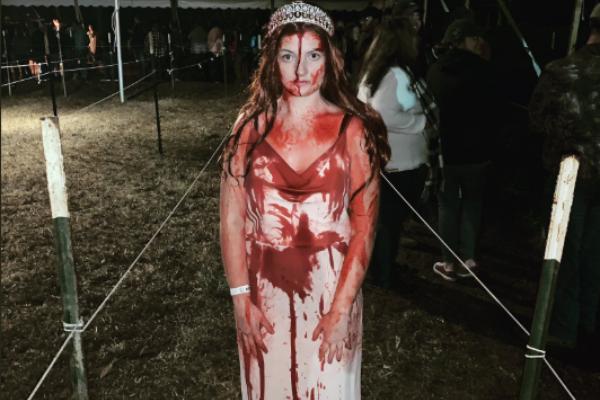 """¡Qué buen susto! Mujer disfrazada de """"Carrie"""" tiene accidente y piensan que está muerta: FOTOS"""