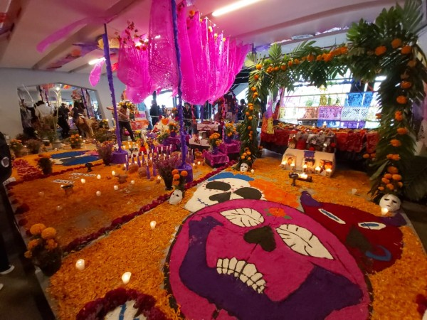 Tradiciones y sincretismo están presentes en las 26 ofrendas del Día de Muertos del Metro. Foto: Especial