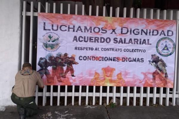 Los bomberos exigen salarios justos. Foto: Especial