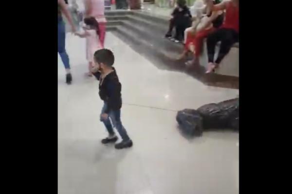 """Niño disfrazado de sicario """"arrastrando cuerpo"""" causa indignación en redes: VIDEO"""