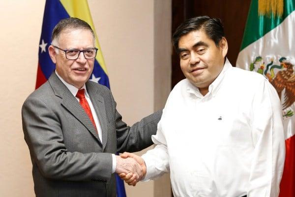 Miguel Barbosa Huerta, gobernador de Puebla y Francisco Javier Arias Cárdenas, embajador de Venezuela en México.  Foto: Especial