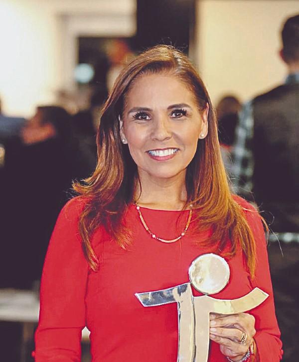 DISTINCIÓN. Mara Lezama recibió el galardón. Foto: Especial