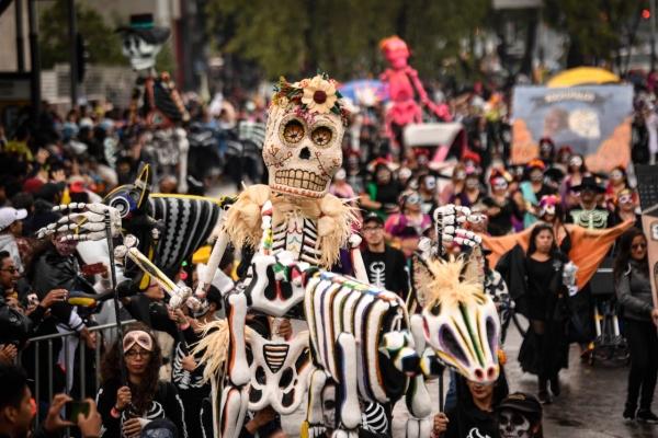 La Secretaría de Cultura capitalina fue la encargada en esta ocasión de la fiesta multicolor que presentó los rituales fúnebres y las tradiciones que caraterizaron este cortejo. Foto: Nayeli  Cruz