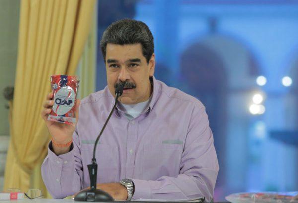 APOYO. Maduro da despensas CLAP a seguidores. Foto: AP
