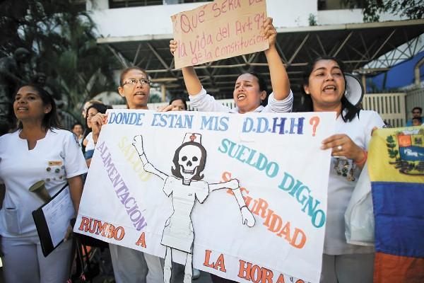 RECLAMO. Enfermeras reclaman mejores condiciones de trabajo. Foto: Reuters
