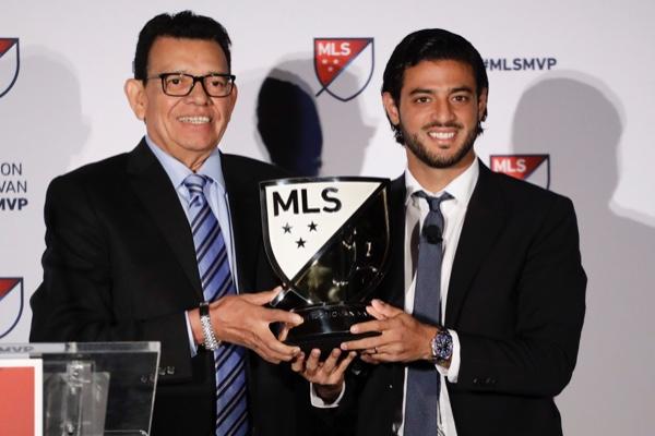 Carlos Vela recibió el premio de Fernando Valenzuela. AP