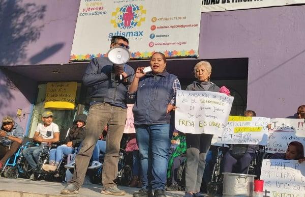 INCONFORMIDAD. Vecinos y padres de familia protestaron ayer. Foto: Leticia Ríos