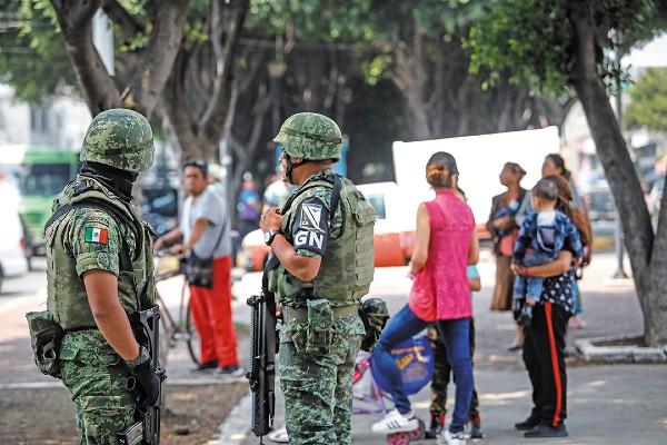VIGILIA. Un elemento de la Guardia Nacional custodia un parque. Foto: Nayeli Cruz