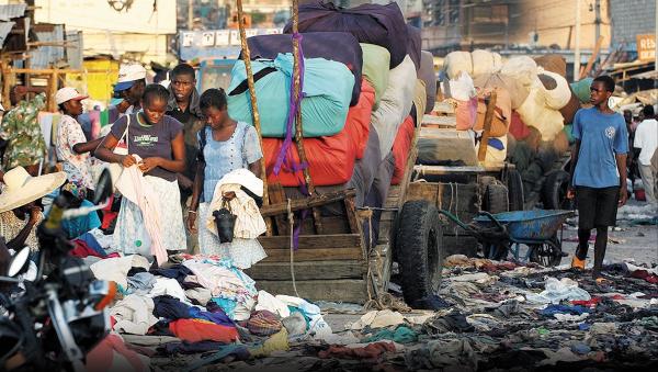 GRAN PROBLEMA. De acuerdo con Green Peace, cada año se producen alrededor de 80 mil millones de prendas en el mundo. Foto: AP