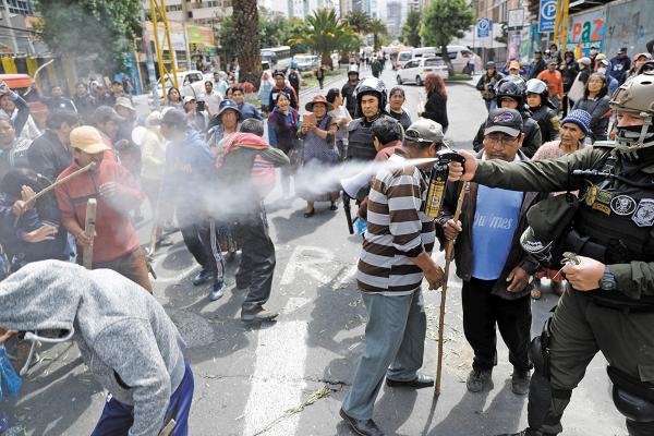LA PAZ. La Policía utilizó gases lacrimógenos para dispersar a los manifestantes. Foto: Reuters