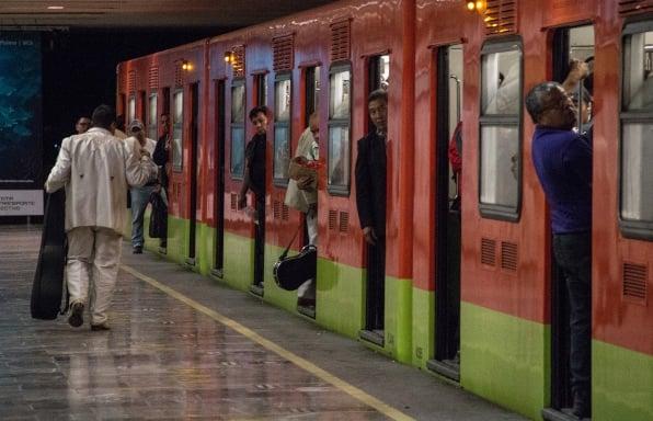 La Línea 2 también registra retraso en el arribo de trenes con dirección a Cuatro Caminos. FOTO: Cuartoscuro