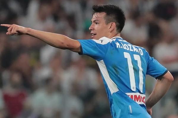 Hirving Lozano logra el gol con el Napoli. AP