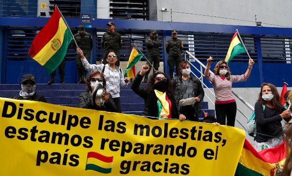 CANSANCIO. Manifestantes continúan cerrando las vialidades en Bolivia. Foto: AP