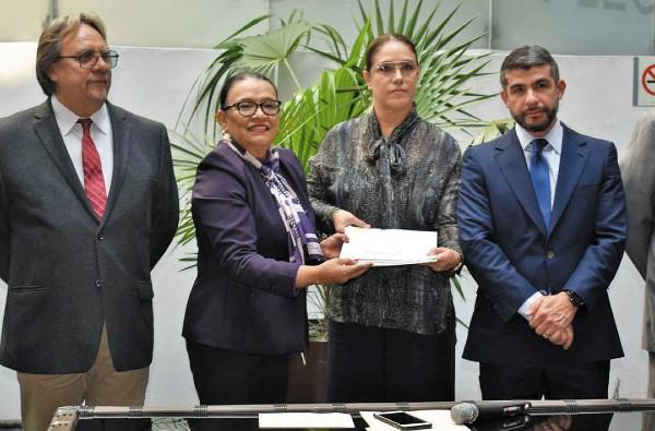 LISTO. La secretaria de Gobierno, Rosa Icela Rodríguez, hizo entrega de ambas propuestas al Congreso capitalino. Foto: Cuartoscuro